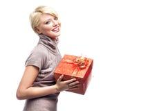 Donna sorridente con il regalo immagine stock