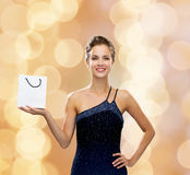 Donna sorridente con il sacchetto della spesa in bianco bianco Fotografia Stock