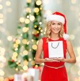 Donna sorridente con il sacchetto della spesa in bianco bianco Fotografia Stock Libera da Diritti