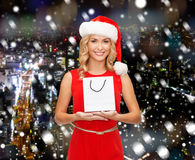Donna sorridente con il sacchetto della spesa in bianco bianco Immagine Stock Libera da Diritti