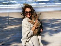 Donna sorridente con il suo cane Fotografia Stock