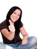 Donna sorridente con il suo pollice in su sopra sopra fotografia stock libera da diritti