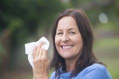 Donna sorridente con il tessuto all'aperto Immagini Stock