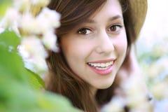 Donna sorridente con l'albero di fioritura Fotografia Stock Libera da Diritti
