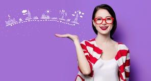 Donna sorridente con l'itinerario di viaggio Immagine Stock