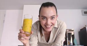 Donna sorridente con la bevanda sana in cucina stock footage