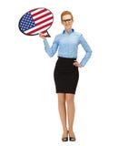 Donna sorridente con la bolla del testo della bandiera americana Fotografia Stock Libera da Diritti
