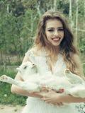 Donna sorridente con la capra fotografia stock