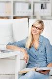 Donna sorridente con la cartella ed il taccuino Immagine Stock Libera da Diritti