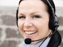 Donna sorridente con la cuffia Fotografia Stock Libera da Diritti