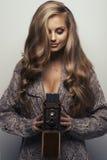 Donna sorridente con la macchina fotografica fotografie stock