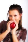 Donna sorridente con la mela rossa immagini stock