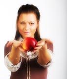Donna sorridente con la mela rossa fotografia stock libera da diritti