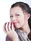 Donna sorridente con la mela rossa fotografie stock libere da diritti
