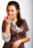 Donna sorridente con la mela rossa immagine stock