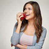 Donna sorridente con la mela sana di rosso del holdinh dei denti immagini stock libere da diritti