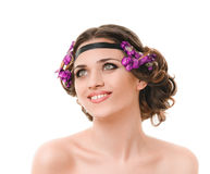 Donna sorridente con la treccia dei capelli fotografie stock libere da diritti