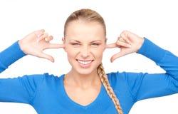 Donna sorridente con le barrette in orecchie fotografia stock