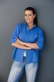 Donna sorridente con le braccia attraversate Immagine Stock Libera da Diritti