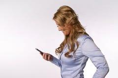 Donna sorridente con lo smartphone Fotografia Stock