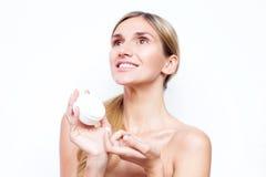 Donna sorridente con un barattolo della crema di fronte Concetto di bellezza Fotografia Stock