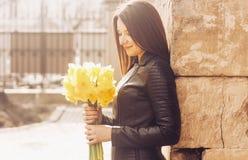 Donna sorridente con un mazzo di fiori Giorno pieno di sole fotografia stock libera da diritti