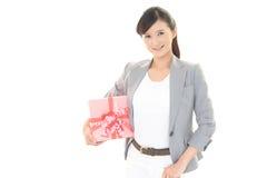 Donna sorridente con un regalo Immagini Stock Libere da Diritti