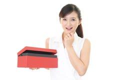 Donna sorridente con un regalo Immagine Stock Libera da Diritti