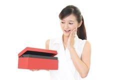 Donna sorridente con un regalo Fotografie Stock Libere da Diritti