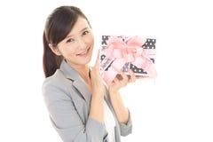 Donna sorridente con un regalo Fotografia Stock Libera da Diritti