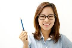 Donna sorridente con una penna Immagini Stock