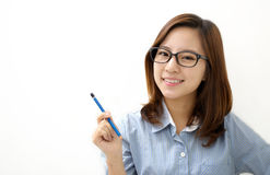 Donna sorridente con una penna Fotografie Stock