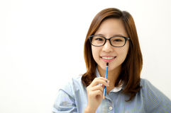 Donna sorridente con una penna Fotografia Stock Libera da Diritti