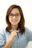 Donna sorridente con una penna Immagine Stock