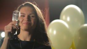 Donna sorridente con vetro di Champagne al partito Signora graziosa sta bevendo l'alcool Ritratto del primo piano di giovane cast stock footage