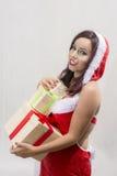 Donna sorridente in costume di Santa Claus con molti contenitori di regalo Fotografie Stock Libere da Diritti