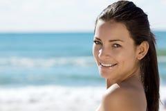 Donna sorridente dal mare Immagine Stock