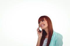 Donna sorridente dei pantaloni a vita bassa che ha una telefonata Immagine Stock Libera da Diritti