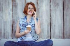 donna sorridente dei pantaloni a vita bassa che tiene un caffè che fa un phonecall Fotografie Stock Libere da Diritti