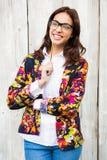 Donna sorridente dei pantaloni a vita bassa con la matita Immagini Stock Libere da Diritti