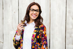 Donna sorridente dei pantaloni a vita bassa con la matita Immagini Stock