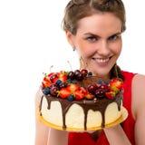 Donna sorridente del ofl del ritratto con il dolce a disposizione immagini stock