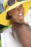Donna sorridente dell'afroamericano con i sacchetti di acquisto Fotografia Stock Libera da Diritti