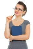 Donna sorridente dell'allievo con il taccuino e la penna Immagine Stock
