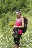 Donna sorridente dell'alpinista con lo zaino Immagini Stock Libere da Diritti