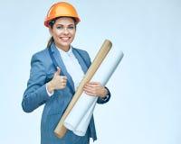 Donna sorridente dell'architetto dell'ingegnere che mostra pollice su Porto isolato Fotografie Stock