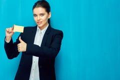 donna sorridente della holding di accreditamento della scheda fotografia stock libera da diritti