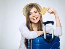 donna sorridente della holding di accreditamento della scheda immagine stock libera da diritti