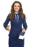 Donna sorridente di affari che dà passaporto con i biglietti di aria Immagini Stock