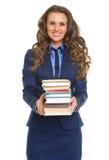Donna sorridente di affari che dà pila di libri Fotografie Stock Libere da Diritti